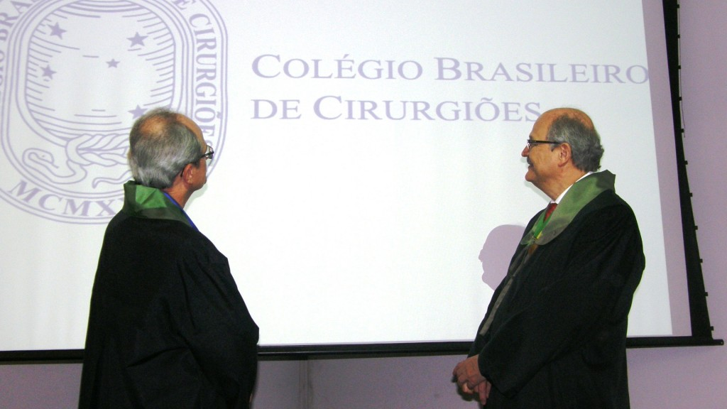 O novo Presidente do CBC e o 1o Vice contemplam o logotipo da entidade, maior associação cirúrgica da América Latina